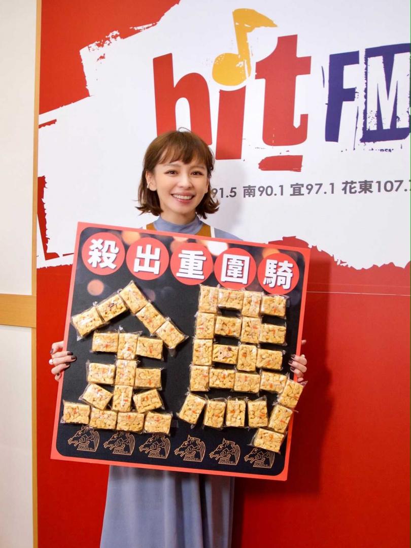 電台送上沙琪瑪祝徐若瑄監製的《孤味》能殺出重圍騎金馬。(圖/Hit Fm聯播網提供)
