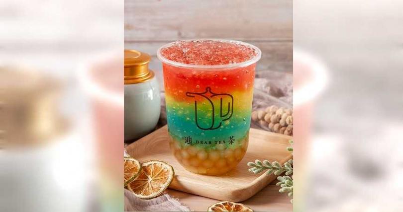 「彩虹膠原蛋白晶球氣泡」以水蜜桃寒天果凍飲加上蜂蜜珍珠,再以調酒技法分層混色。(圖/迪茶提供)