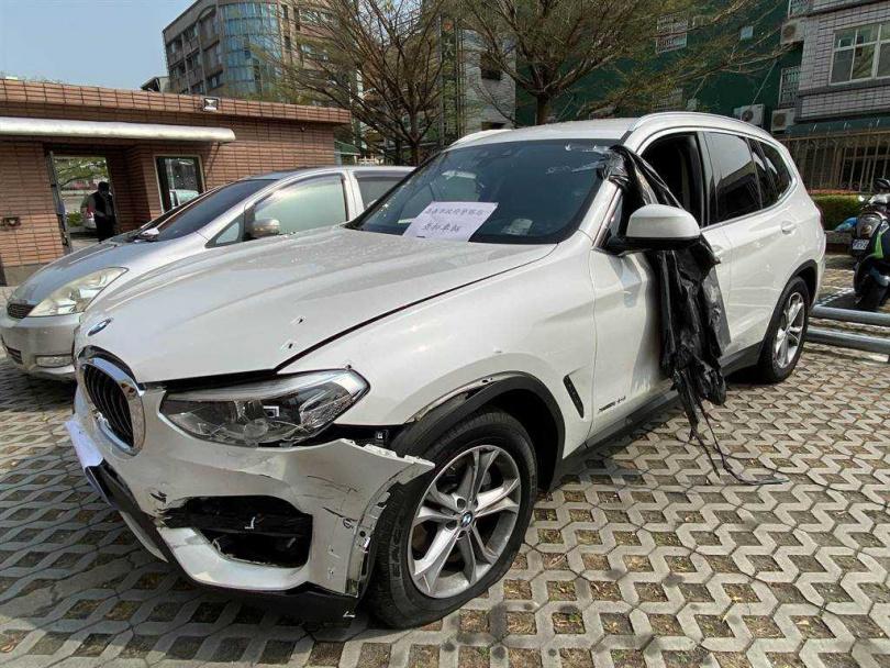 李嫌用贖金買白色BMW被打爆,彈痕累累。(圖/中國時報廖素慧)
