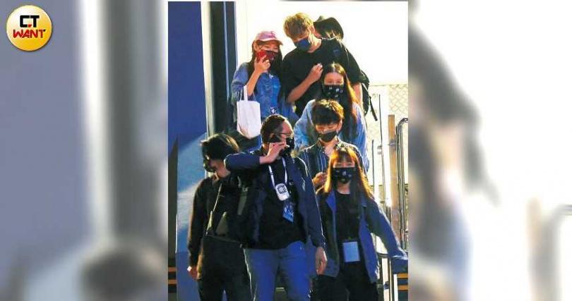 完成媒體訪問的九澤CP,由工作人員陪同走出會場,陳零九與女友呼呼情侶倆邊走邊聊,一行人搭乘廂型車離開。(圖/本刊攝影組)