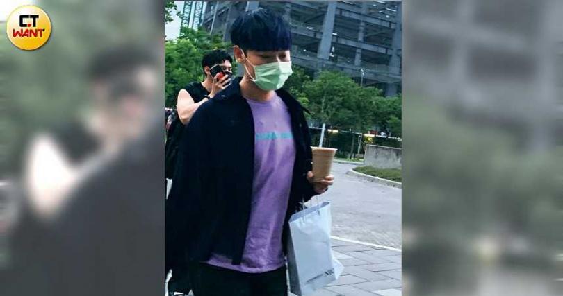 小賴戴著口罩,低調地進入演唱會現場。(圖/本刊攝影組)