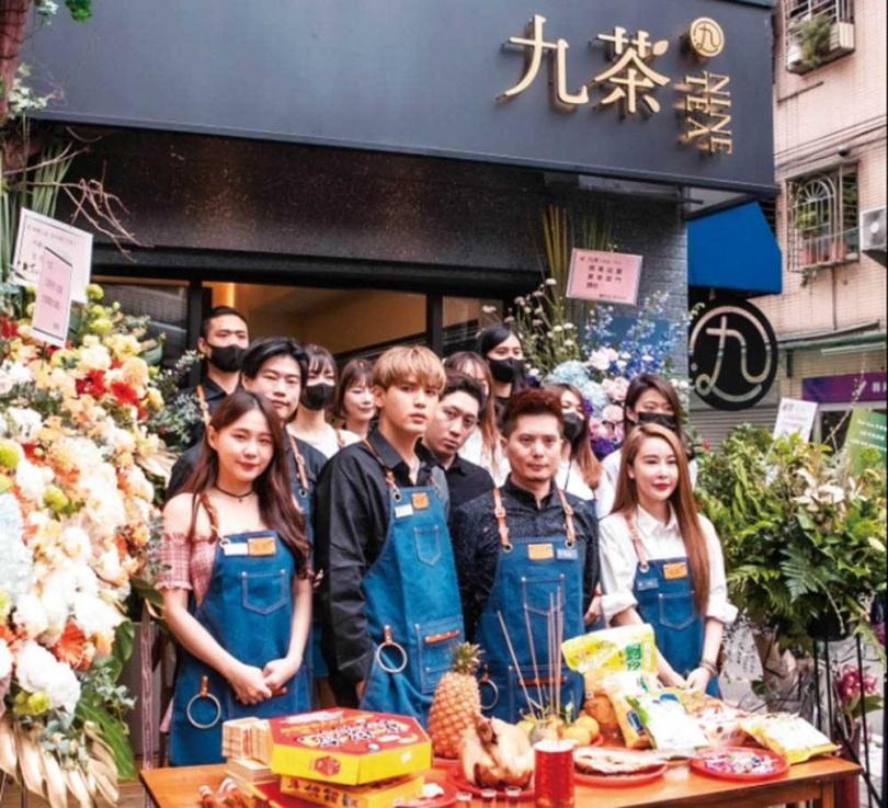 事業版圖不斷擴大的陳零九,4月開了手搖飲料店,呼呼也是股東之一。(圖/翻攝自陳零九臉書)