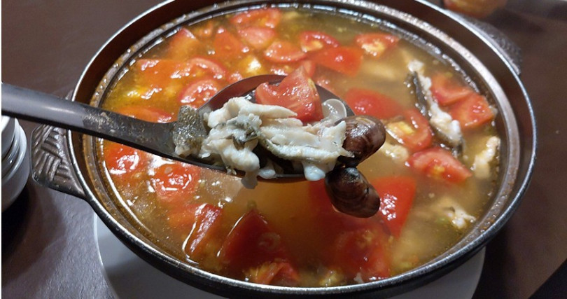 西紅杮活比目魚首湯。(圖/海九澎湖海鮮餐廳提供)