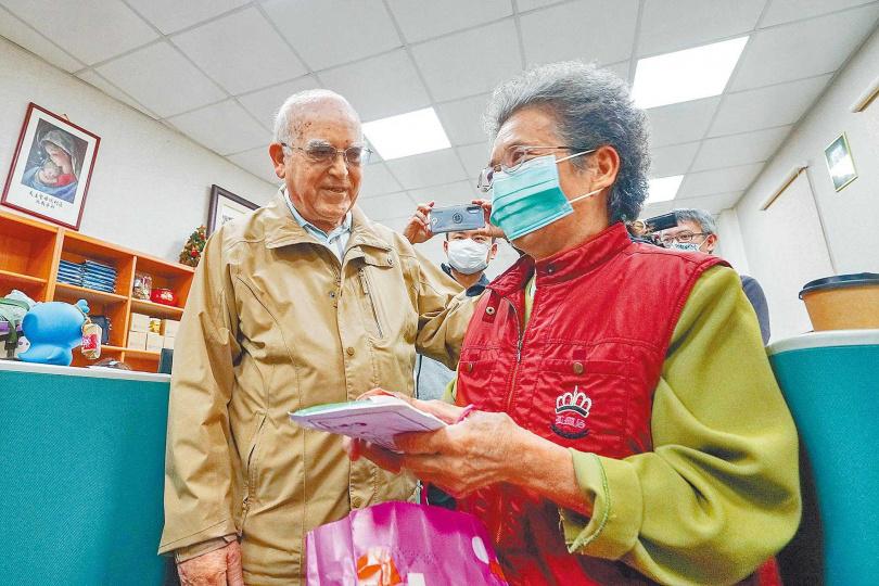 何姓老婦將賣菜所賺的800元捐給羅東聖母醫院,希望能幫助義大利抗疫。