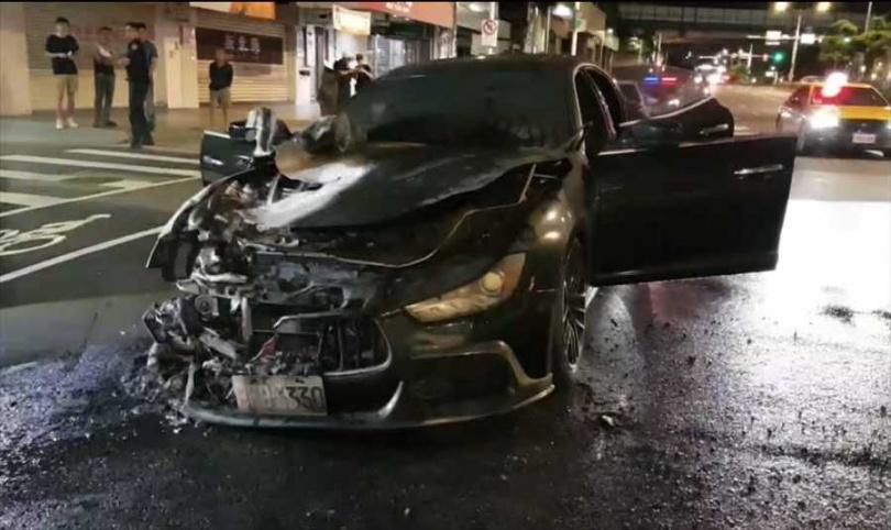 瑪莎拉蒂的車頭引擎燒毀。(圖/中國時報胡欣男)