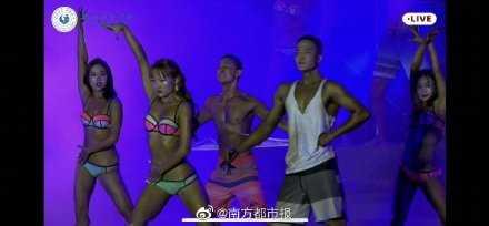 體育學院學生因穿著比基尼展演,遭平台認為太暴露終止直播。(圖/翻攝自新京報微博)