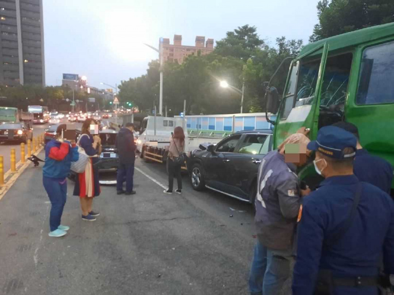遭撞的駕駛在事故現場等候警方處理。(圖/讀者提供)