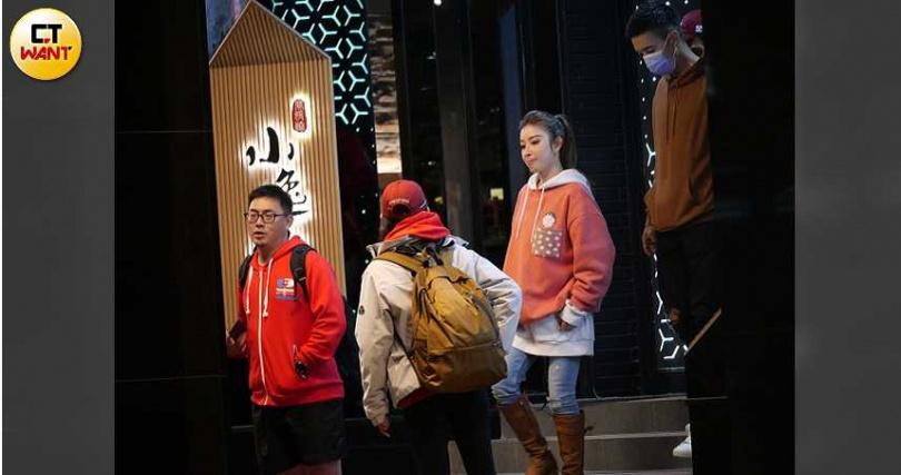 紅隊隊員王家梁(右一)帶著女友許維恩出席餐會。(圖/攝影組)