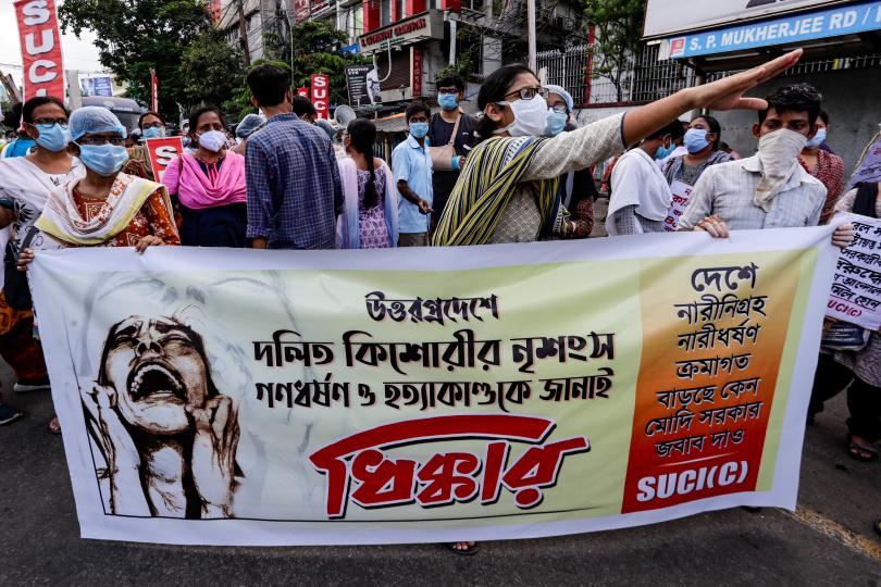 群眾手持標語和蠟燭走上新德里(New Delhi)的街頭,表達對9歲女童性侵案件的沉痛與不滿。(圖/達志/美聯社)