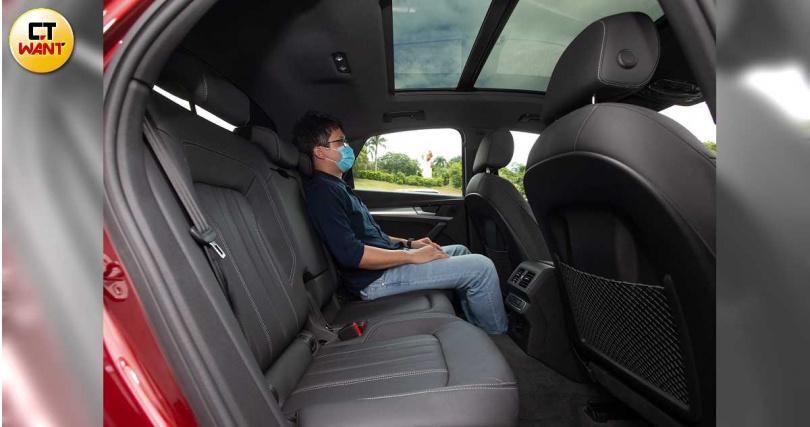 後座腿部空間不至於侷促,但受限Coupe車型在上下空間表現就有些許緊湊。(圖/黃耀徵攝)