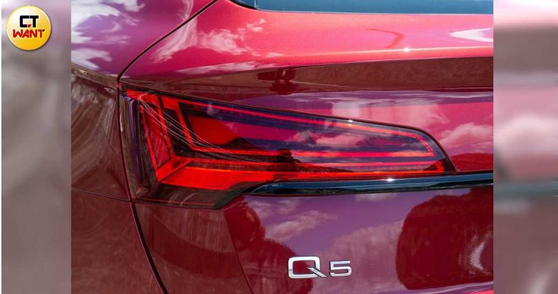 為增加與Q5的識別度,尾燈組向後稍微延伸,幾何線條的常駐燈雖然已經相當吸睛,但仍可選配更亮眼的OLED尾燈組。(圖/黃耀徵攝)