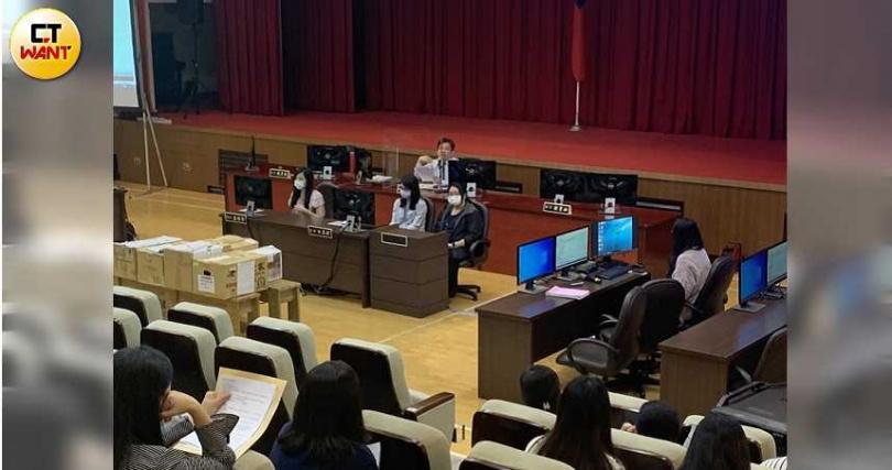 潤寅案今午審理庭將有142名當事人到庭,北院大禮堂已佈置成刑事庭形式。(圖/謝中凡攝)
