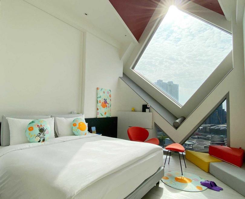 留白極簡大人系藝術風格,星光客房的菱形光景窗還能眺望天空。(圖/HotelsCombined.com.tw提供)