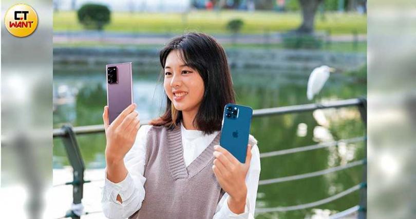 兩款機王的背面,皆有廣角、超廣角、望遠3顆鏡頭;右為iPhone 12 Pro Max太平洋藍色款,左為Note20 Ultra星霧金色款。(圖/馬景平攝)
