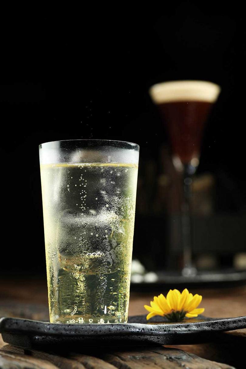 原型來自「琴通寧Gin & tonic」,以無酒精琴酒搭配以兩種馬告低溫烹調的通寧水,帶出檸檬草清香。(350元+10%)(圖/于魯光攝)