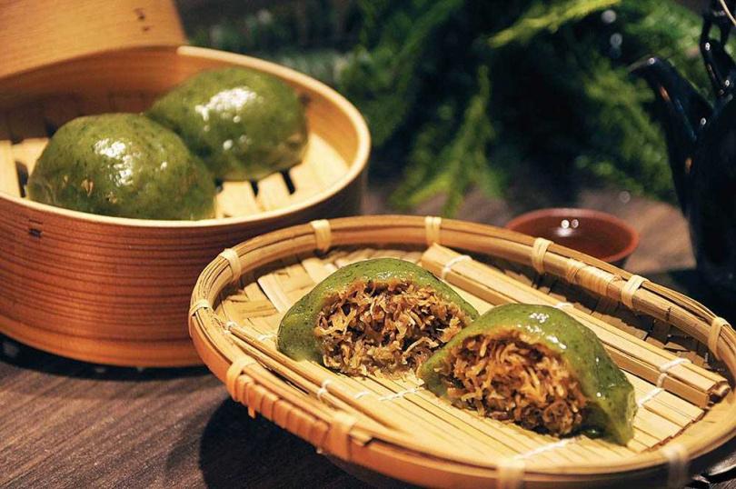 因洪曉龍的媽媽是客家人而衍生「草仔粿」品項,採用有機艾草搭配蘿蔔絲、胛心肉等製作,香氣四溢。(30元/顆)(圖/福和成提供)