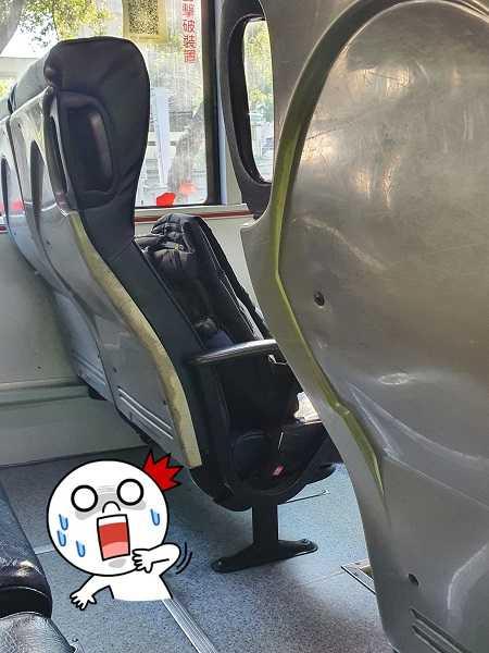 有學生把書包忘在公車上。(圖/翻攝自爆廢公社二館)
