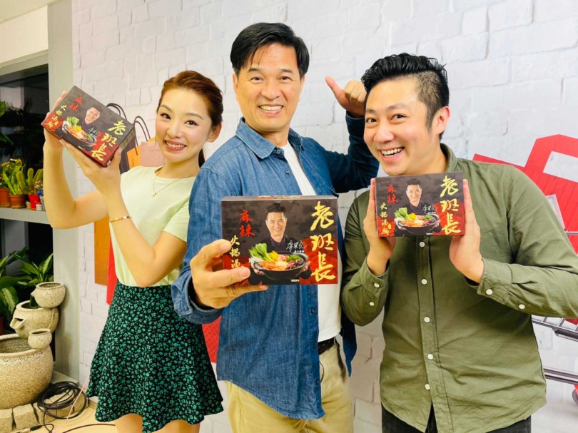 (三人照)李興文上《鳳凰直播》推薦麻辣湯麵,艾成立刻掃貨要慰勞老婆王瞳,賴芊合則捧場吃到停不下來。