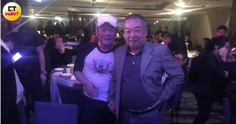 竹聯幫主黃少岑昨日70大壽,歌手趙傳(左)也到場上台表演祝賀。(圖/民眾提供)