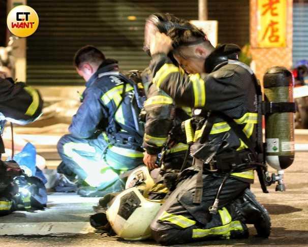 木柵火警一度得到控制,卻又再度復燃,消防員全副武裝撲滅中。(圖/鄭清元攝)