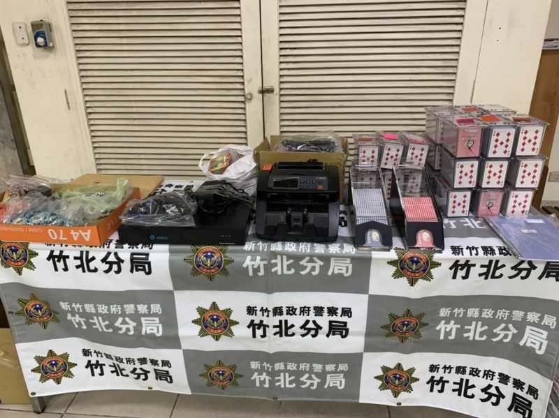 警方在現場查獲賭資、點鈔機、監視器等。(圖/翻攝畫面)