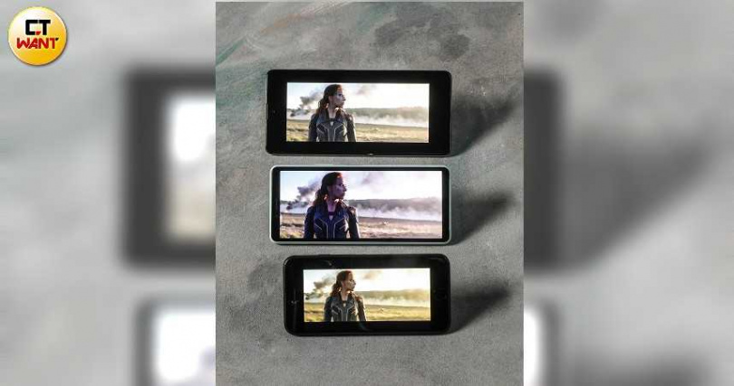 (上)Galaxy A71、(中)Xperia 10 II、和(下)iPhone SE螢幕尺寸有些許差異,其中又以4.7吋iPhone SE螢幕最小。(圖/王永泰攝)