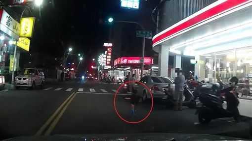 小孩無預警衝出車道差點被車撞,網友痛批家長沒責任心,竟放任小孩做出危險舉動。(圖/翻攝爆料公社)