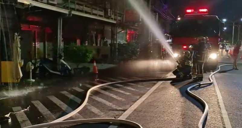 警消佈起水線滅火,據了解,該處昔日為豔名遠播的風化場所,俗稱「豆干厝」,是老司機最愛。(圖/嘉義警消提供)