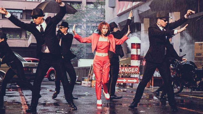 李芷婷在〈美麗舊世界〉MV展現跳舞才華。(圖/唯有音樂提供)