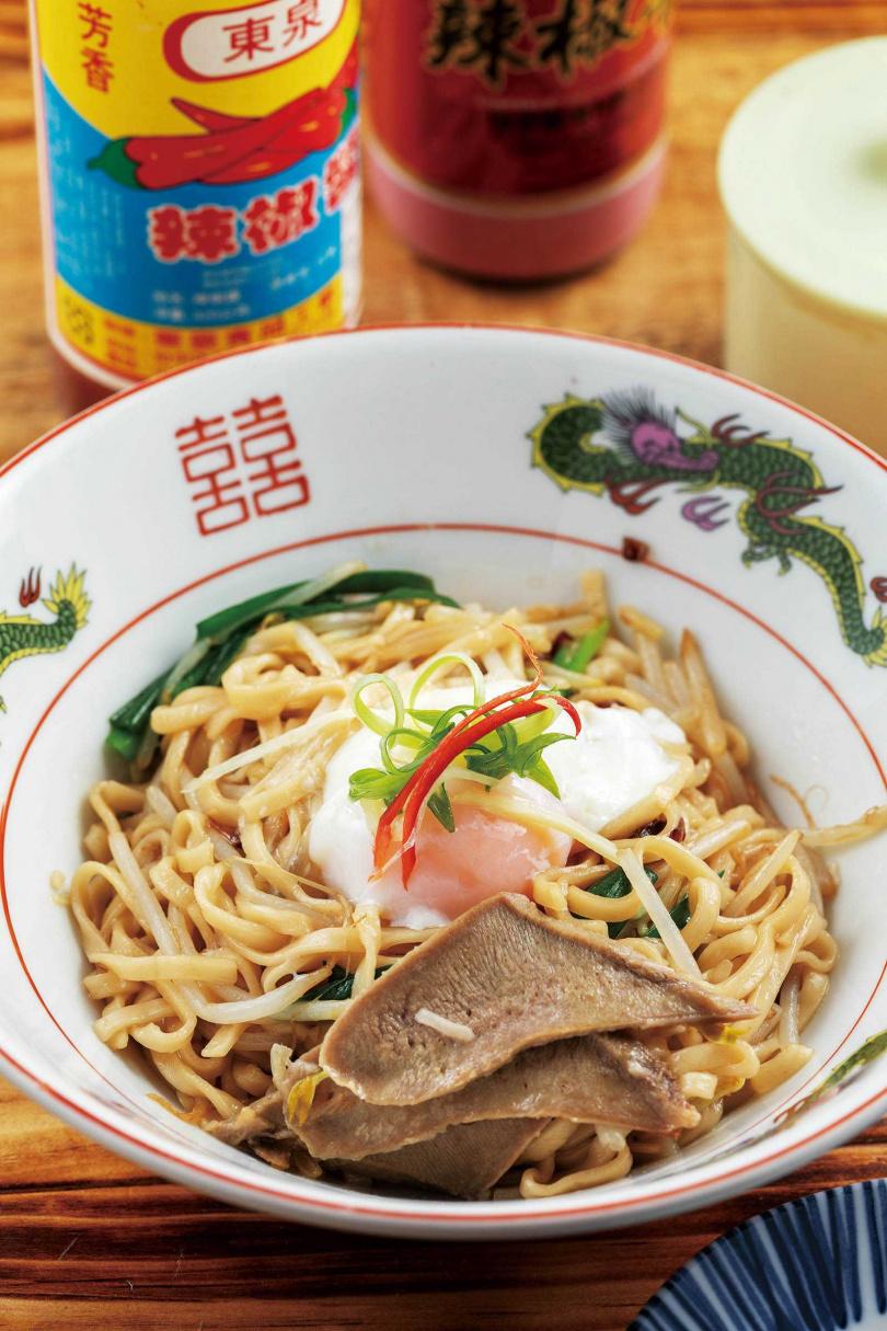 鹹香夠味的「阿嬤的意麵」,是店家少數的主食類,傳統滋味富飽足感。(95元)(圖/林士傑攝)