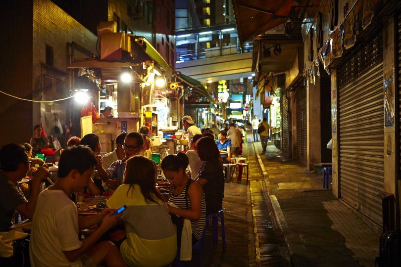 造訪香港一定要走進最具庶民風情的大排檔,嘗嘗小店味道。