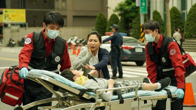 徐麗雯(中)飾演的刁民媽媽引起觀眾熱議。(圖/公視、myVideo)