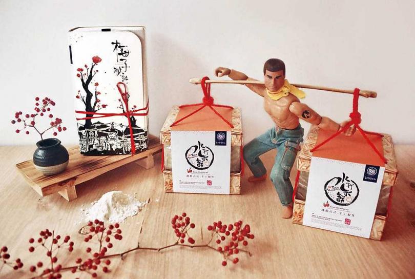 學設計出身的王桐盛改良水果餅包裝,做成竹簍造型貼近「擔餅節」習俗。(圖/王西勢提供)