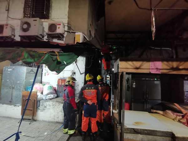 男子酒醉全身赤裸摔落2樓遮雨棚,警消架梯搶救。(圖/翻攝畫面)