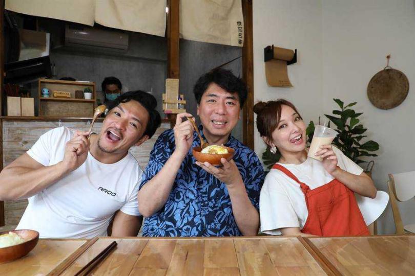 愛紗(右起)與梁赫群、孟多日前錄《食尚玩家瘋狂總部》。(圖/中國時報)