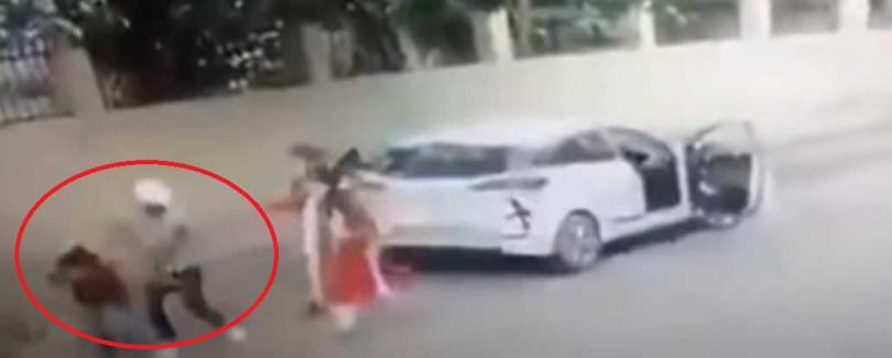 21歲的托瑪在校門口遭到擊斃,2嫌已遭逮捕。(圖/ 翻攝自Ashoke Pandit Twitter)