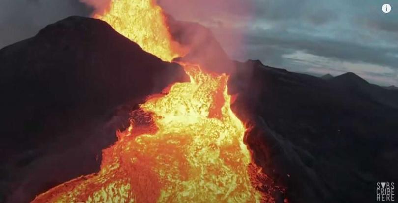 國外攝影師拍下冰島火山爆發的震撼畫面,吸引多人觀看。(圖/翻攝自Joey Helms YouTube)