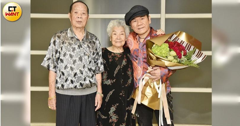 趙傳父母特別到後台獻花。(圖/開麗提供)