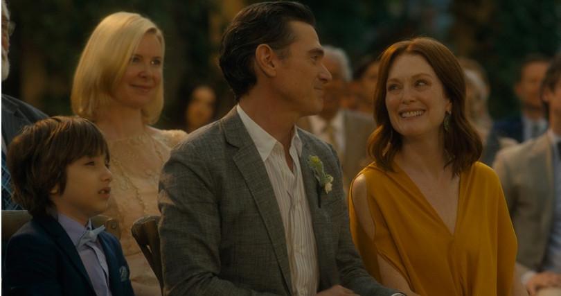 茱莉安摩爾(右)在片中因為參加婚禮,意外和舊愛重逢。(圖/CATCHPLAY提供)