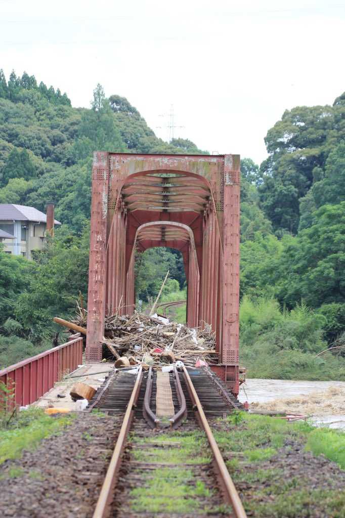 網友拍下被河川沖刷過後,一片狼藉的橋樑。(圖/翻攝自推特/@125ikmn)