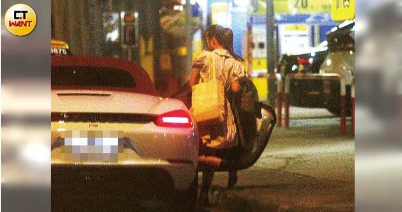 工作結束後,陳敬宣急忙上了一輛白色保時捷離開,據查車主雖然是周興哲,但開車的人是周予天。(圖/本刊攝影組)