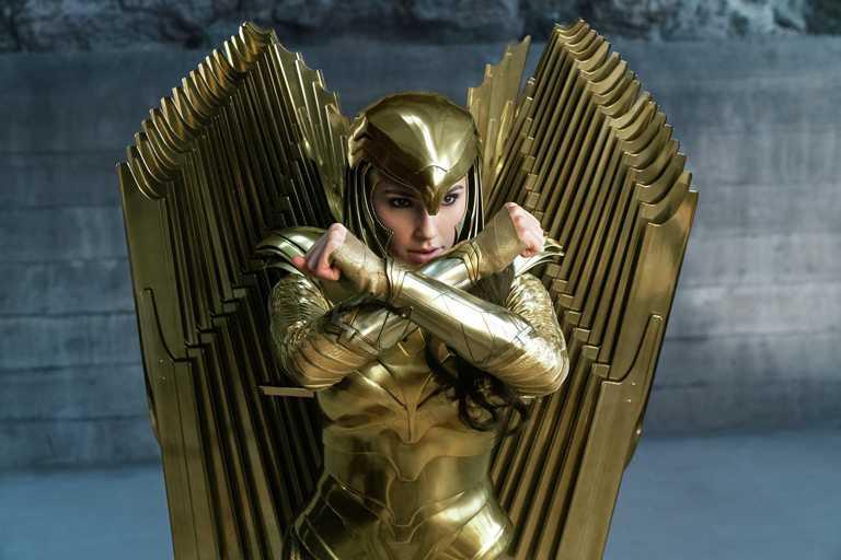 專為《神力女超人1984》全新設計的金燦戰袍,極致奢華的視覺效果,令人覺得瘋狂又驚豔。(圖╱華納兄弟電影提供)