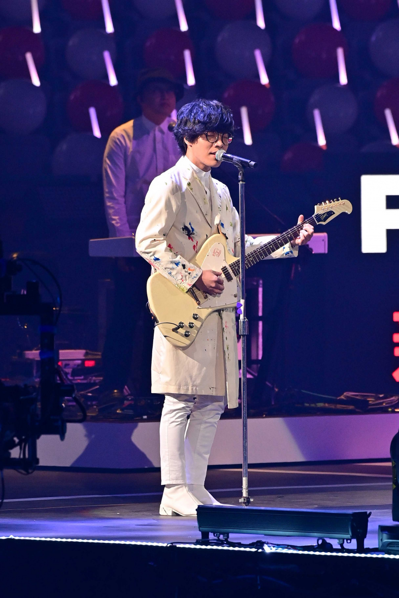 盧廣仲帶來新歌〈明年〉,演唱同時後方LED螢幕秀出「全民同心醫護加油」等字樣,希望透過歌聲期盼疫情早日褪去。(圖/台視提供)