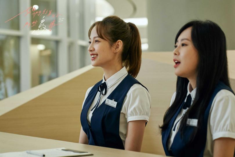 簡嫚書(左)和孔令元在劇中是櫃檯妹。(圖/可米傳媒提供)