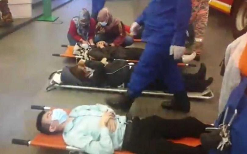 警消到場後救出多名傷患。(圖/翻攝自KL_Reporter Twitter)