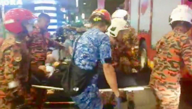 警消將傷患送往醫院救治。(圖/翻攝自KL_Reporter Twitter)