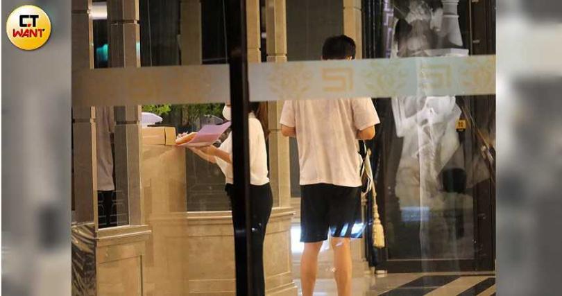 進入大廳時,楊秀蓉還填寫表格,不知是因訪客身分或是配合實名制。(圖/本刊攝影組)