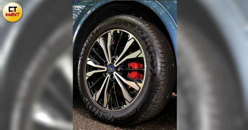 ST-Line X的輪胎升級為馬牌PC6運動胎,煞車也改為動感的紅色卡鉗。(圖/王永泰攝)