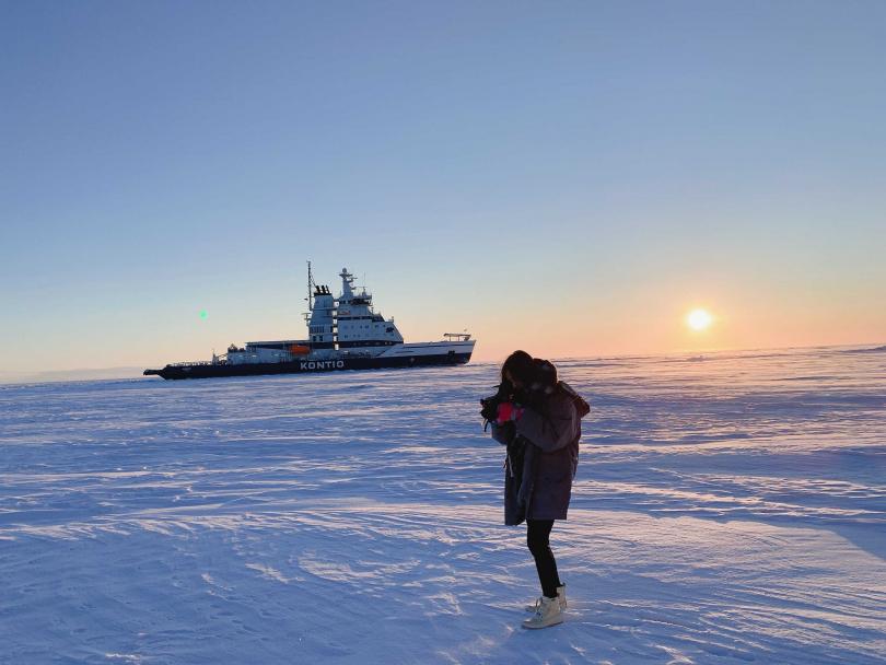 徐凱希搭乘破冰船,特別下來在冰上行走 。(圖/時代創藝提供)