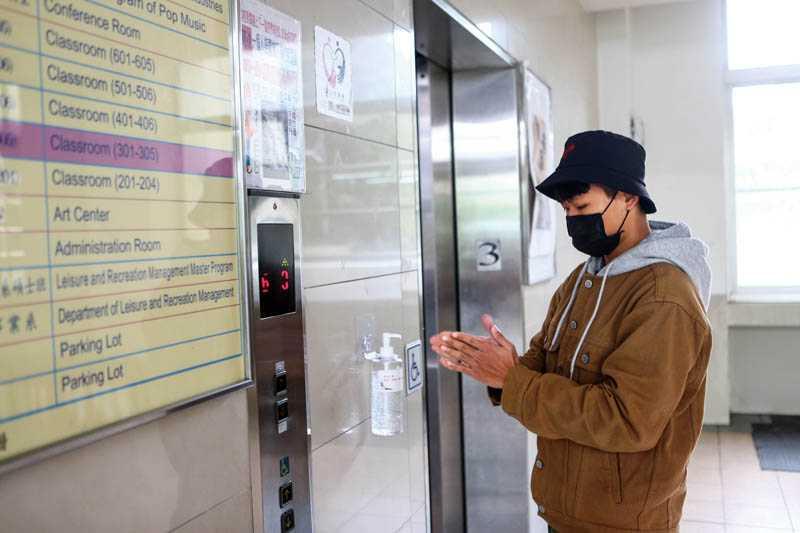 醫師建議出入公共場所時,看見公用酒精噴劑,就可拿來消毒雙手,降低沾染病毒的機會。(圖/報系資料庫)